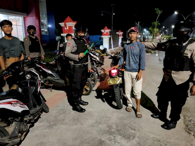 4 remaja bersama 1 buah parang saat diamankan polisi.