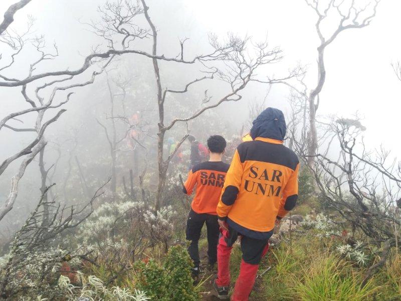 Proses evakuasi pendaki yang jatuh ke jurang Gunung Lompobattang.
