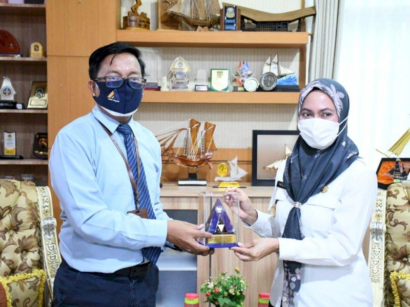 Bupati Lutra Indah Putri menerima penghargaan dari Kemenkeu.